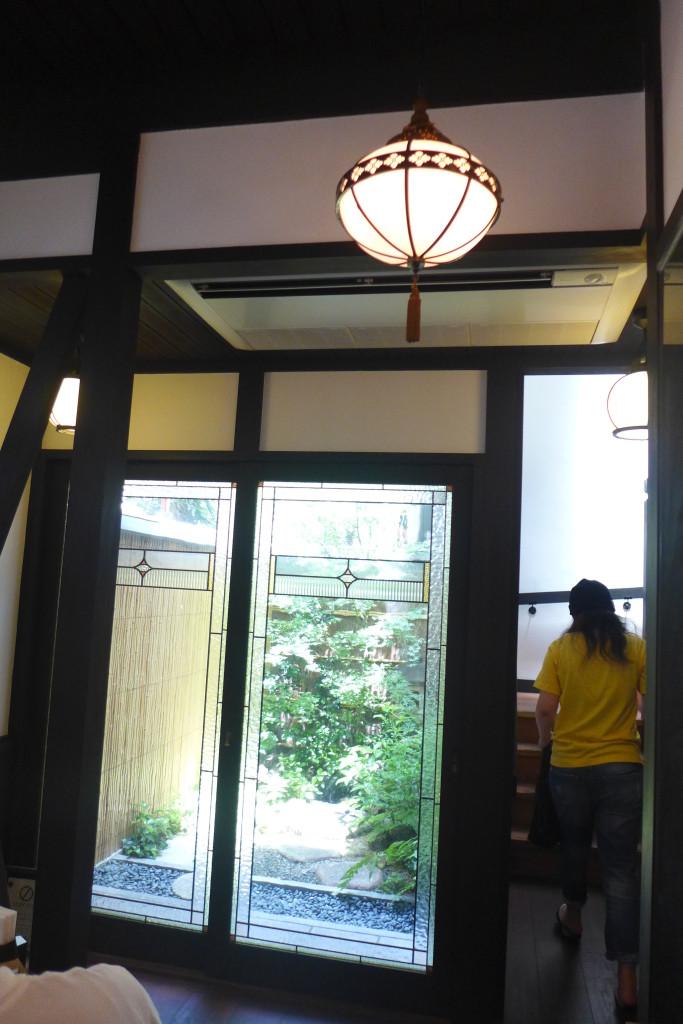 1階は奥に坪庭があり、オシャレな空間です